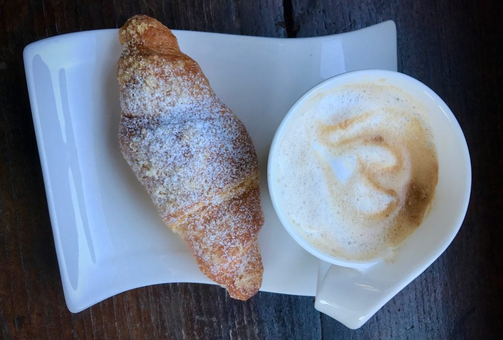Café + Cornetto - Breakfast iN Italy